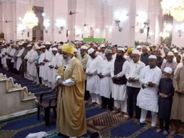 Muslims praying for forgivness of sins on Laylat al Bara'at.